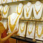 சரசரவென ஏறிய தங்கத்தின் விலை விறுவிறுவென 1464 ருபாய் இறங்கியது. இன்றைய விலை என்ன தெரியுமா ?